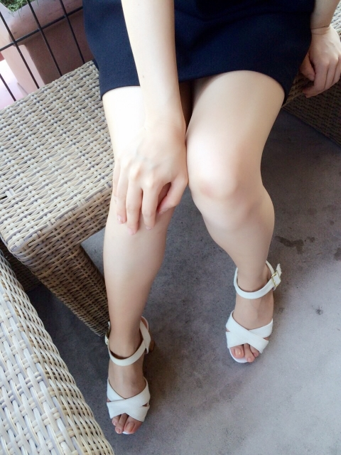 足を出す女性